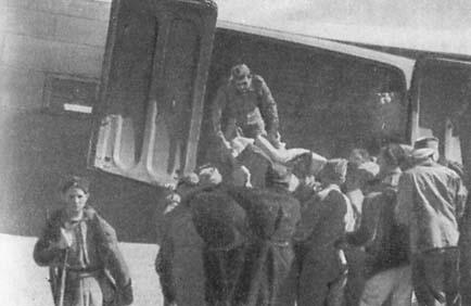 Размещение раненых в самолете.